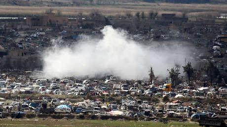Una gran humareda cubre la localidad siria de Al Baguz (gobernación de Deir Ez Zor).