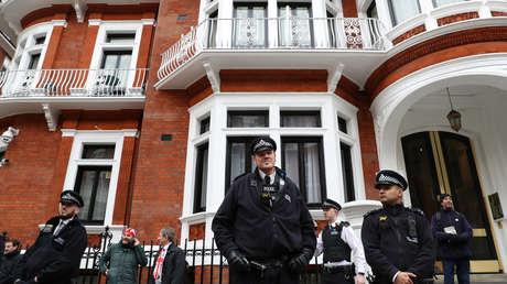 La Policía cerca de la Embajada de Ecuador en Londres, el Reino Unido, 6 de abril de 2019