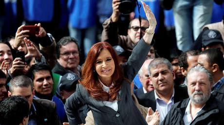 Cristina Fernandez de Kirchner saluda a su militancia al salir de los tribunales, Buenos Aires, Argentina, abril de 2016.