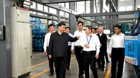 El presidente chino, Xi Jinping, inspecciona una planta de tierras raras de JL MAG en Ganzhou.