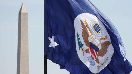 La bandera del Departamento de Estado de EE.UU. en Washington.