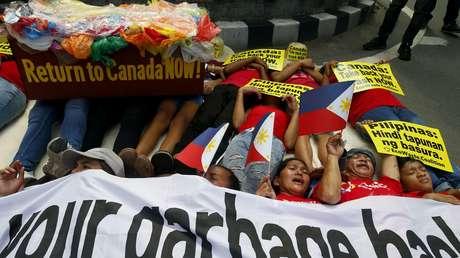 Ambientalistas realizan protesta en el exterior de la embajada de Canadá en Manila, Filipinas. 21 de mayo de 2019.