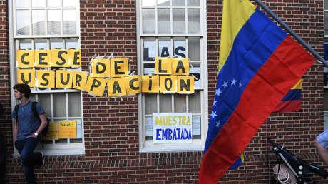 Carteles colocados por antichavistas fuera de la embajada venezolana en Washington, EE. UU. 1 de mayo de 2019.