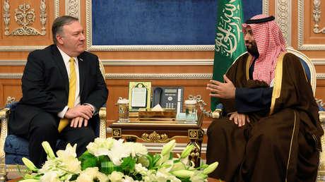 El secretario de Estado de EE.UU., Mike Pompeo, (izquierda) y el príncipe heredero de Arabia Saudita, Mohamed bin Salmán