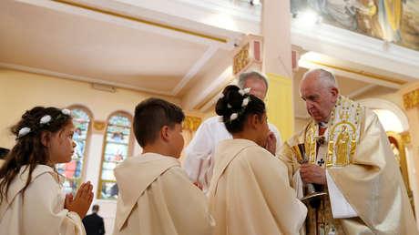 Niños reciben la Primera Comunión de manos del papa Francisco en Rakovski, Bulgaria.