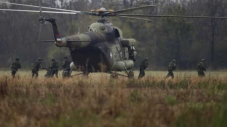 Soldados serbios desembarcan del helicóptero MI-8 durante un ejercicios militares con Rusia cerca de Belgrado, el 7 de noviembre de 2016.