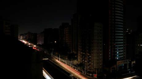 Las luces de los autos en la avenida Libertador durante el segundo día de un apagón en Caracas. 9 de marzo de 2019.