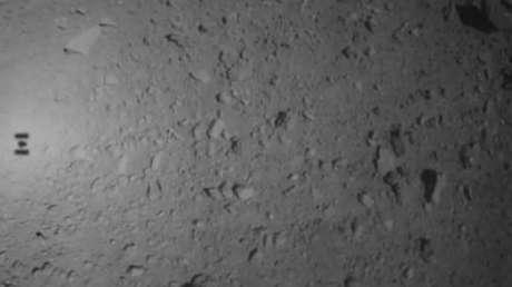 La sombra de la nave espacial Hayabusa 2 se puede ver en el asteroide Ryugu, el 29 de mayo.