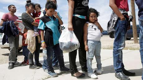 Migrantes ilegales centroamericanos a la espera de entrar en un refugio temporal en Deming (Nuevo México, EE.UU.), el 16 de mayo de 2019.