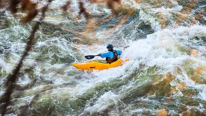 VIDEO: Un kayakista hace un pasmoso 'salto mortal' para caer tranquilamente desde un dique