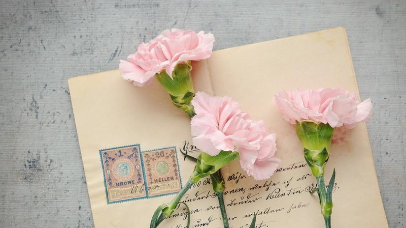 Una mujer recibe una tarjeta postal enviada a su dirección hace 112 años
