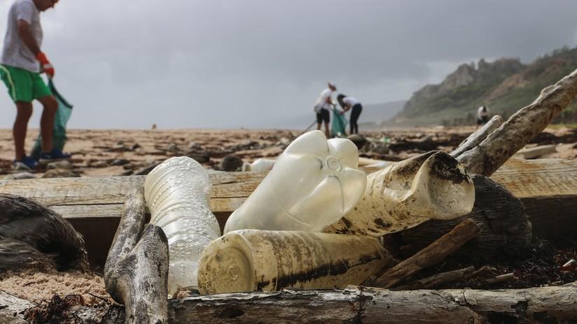 FOTO: El mar devuelve a una playa española una botella de plástico de hace 46 años intacta