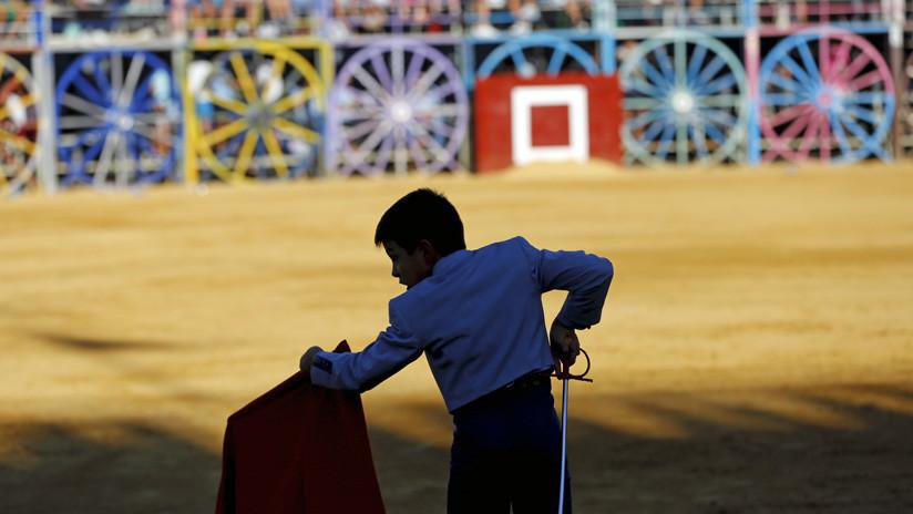 VIDEO: Denuncian la participación de niños en corridas de toros en España donde cortan orejas a becerros vivos