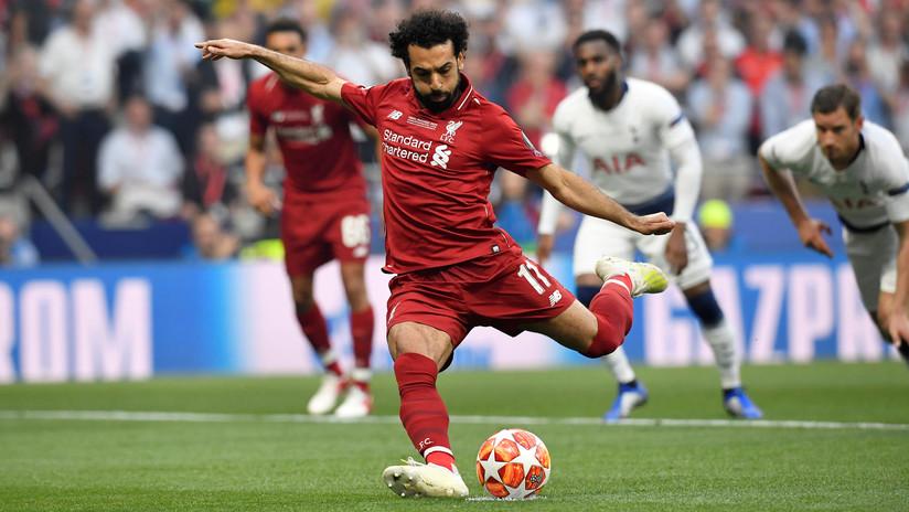VIDEO: Mohamed Salah vive un momento incómodo al pensar que una periodista iba a robarle un beso (y no era su intención)