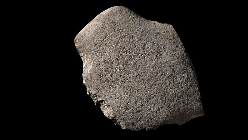 """FOTOS: Excavan en Francia un """"excepcional"""" grabado prehistórico de 12.000 años con dibujos de animales"""