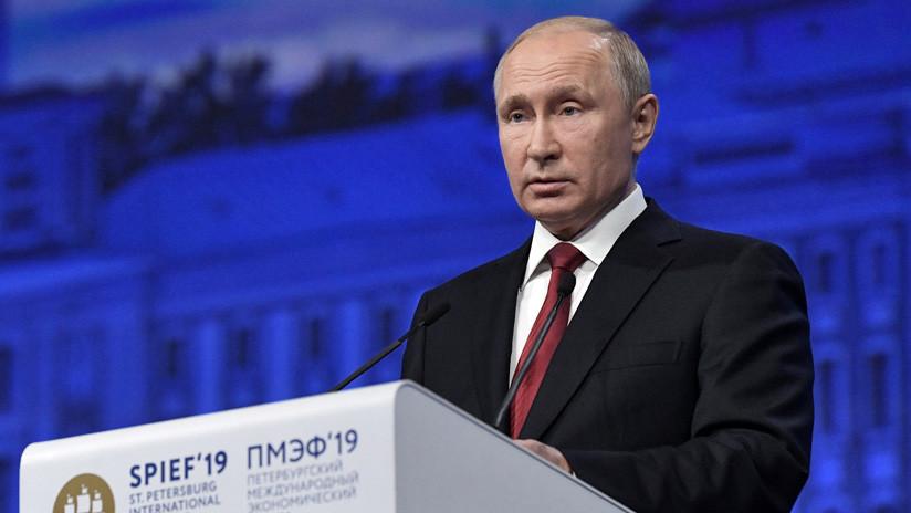 """""""Cuando los tigres pelean en el valle..."""": Putin bromea sobre el lugar de Rusia en la guerra comercial"""