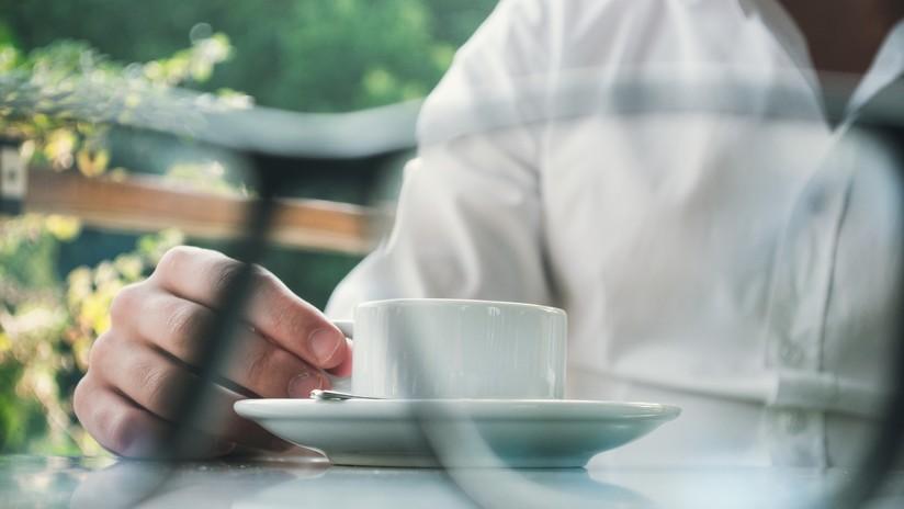 VIDEO: Se atraganta en un restaurante y el gerente le salva la vida con una heroica maniobra