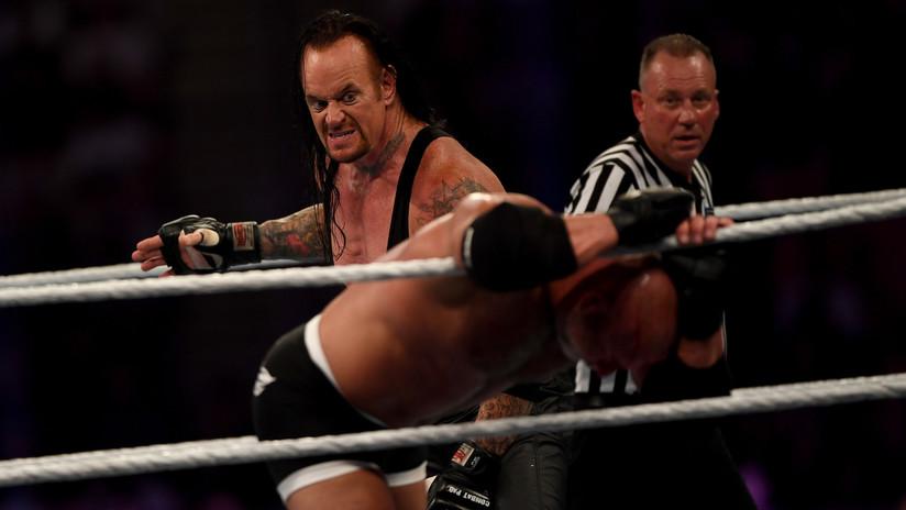 """VIDEO: El luchador Goldberg """"se noquea"""" a sí mismo en el combate contra The Undertaker en Arabia Saudita"""