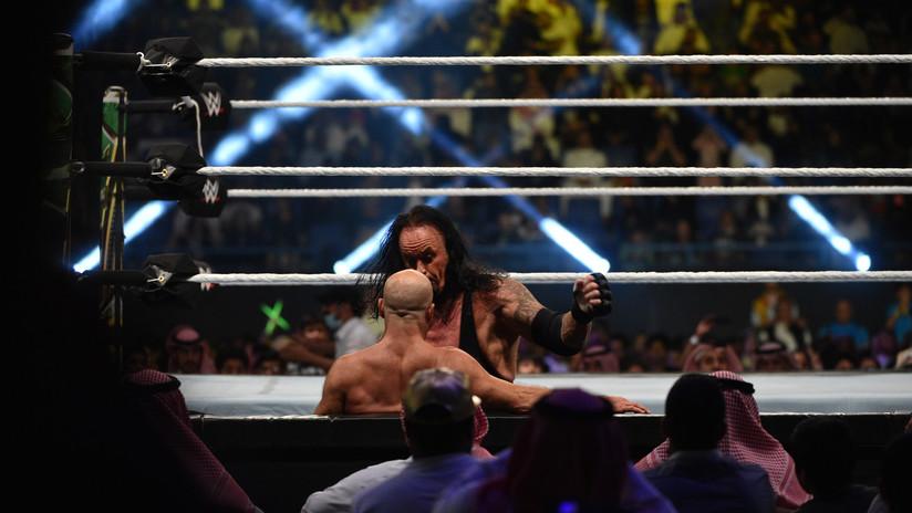 """VIDEO: Goldberg colapsa tras el combate con The Undertaker, en el que sufrió una conmoción al """"noquearse"""" a sí mismo"""