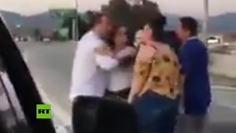 VIDEO: Un insulto racista desata una violenta pelea en una autopista de EE.UU.