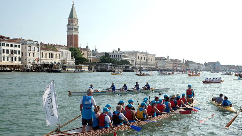 La colorida y popular regata Vogalonga de Venecia en imágenes