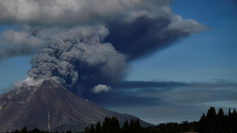 Indonesia: El volcán Sinabung entra en erupción y expulsa una espectacular columna de cenizas (VIDEO)