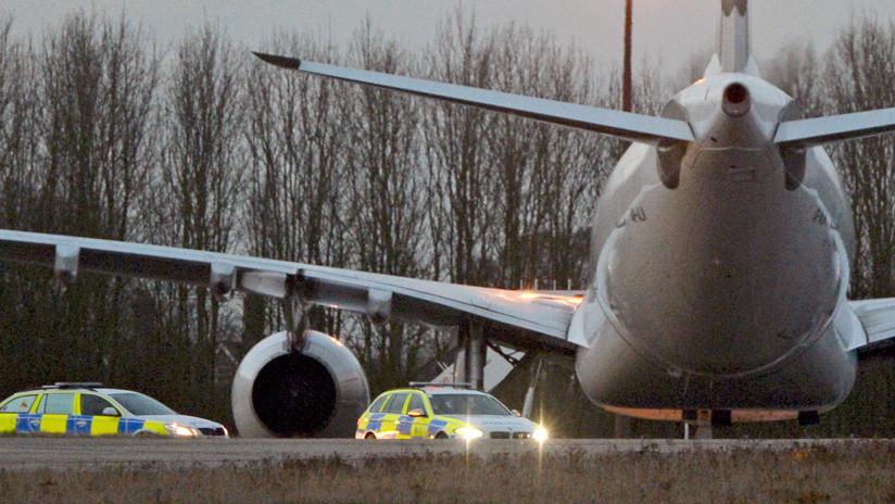Una pasajera despliega el tobogán de escape de un avión por sus ganas de ir al baño