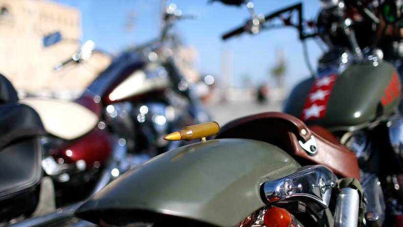 VIDEO: Un 'youtuber' se graba manejando su moto con los pies a 100 km/h y muere horas después en un accidente