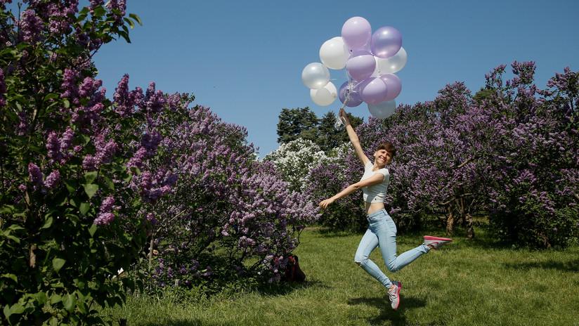 VIDEO: Suelta globos al aire para celebrar su graduación y deja un barrio a oscuras