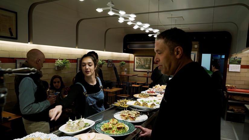 "Un bar español cobra 10 euros extra a un grupo de clientes ""por tocar los cojones"""
