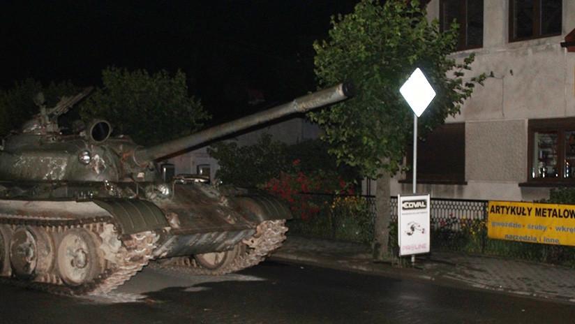 Un hombre borracho 'se pasea' por el centrode una ciudad polaca en un tanque soviético (FOTOS)