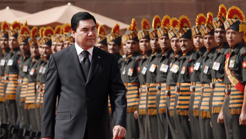 VIDEO: El presidente de Turkmenistán practica el tiro al blanco montado en bicicleta