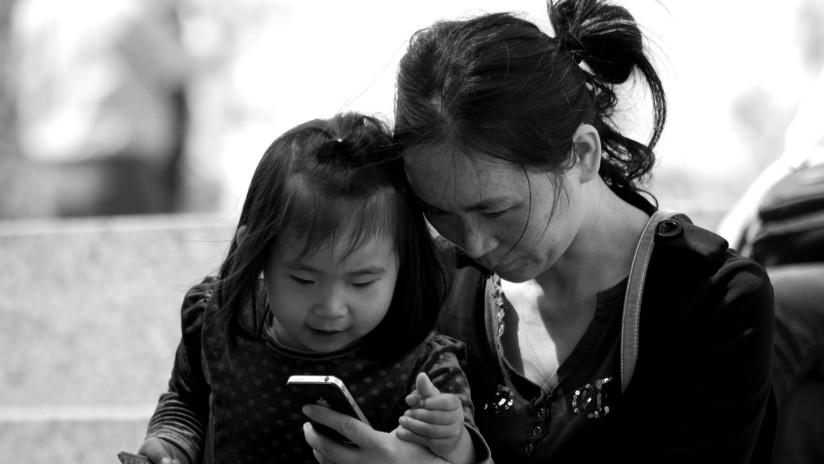 Una niña de 2 años queda medio ciega tras exponerse durante un año a la pantalla de un celular
