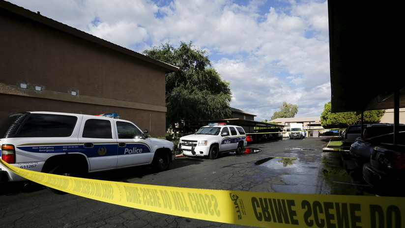 Arrestan a una pareja a punta de pistola porque la hija se llevó una muñeca de una tienda sin pagar (VIDEOS)