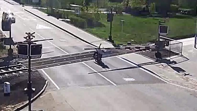 VIDEO: Un motociclista cae sobre las vías y lo salvan milagrosamente ante la llegada de un tren