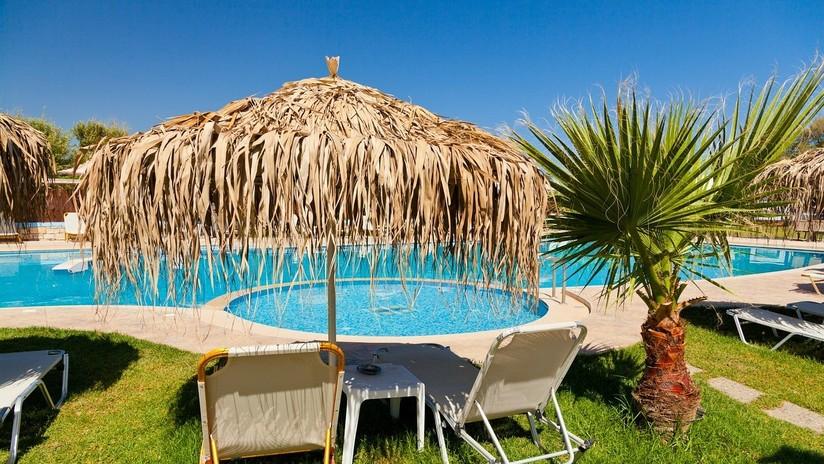 Demanda a un hotel español por sufrir un presunto accidente en la piscina, pero un video lo delata