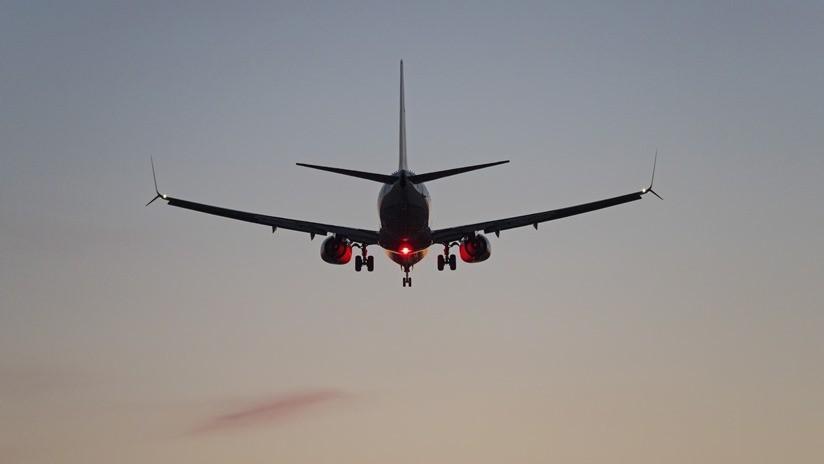 VIDEO: Se estrella contra el techo del avión el carrito de las bebidas a causa de unas violentas turbulencias