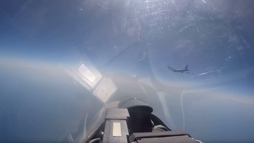 VIDEO: Momento exacto en que un Su-27 ruso intercepta a un bombardero de EE.UU. cerca de las fronteras de Rusia