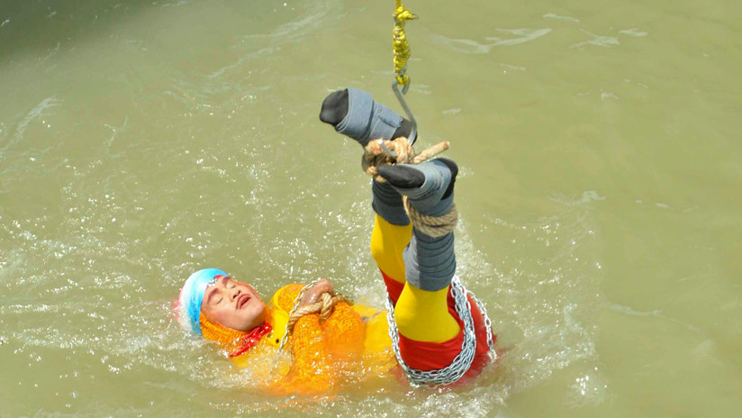 Hallan el cuerpo del ilusionista indio desaparecido tras sumergirse en un río atado de pies y manos