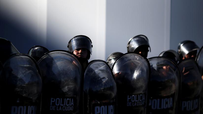 Detienen a 8 policías de Argentina por el crimen de una adolescente de 17 años durante un operativo