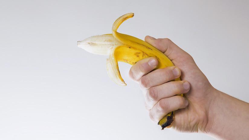Un estadounidense es encarcelado en el Reino Unido por atracar un banco 'armado' con un plátano