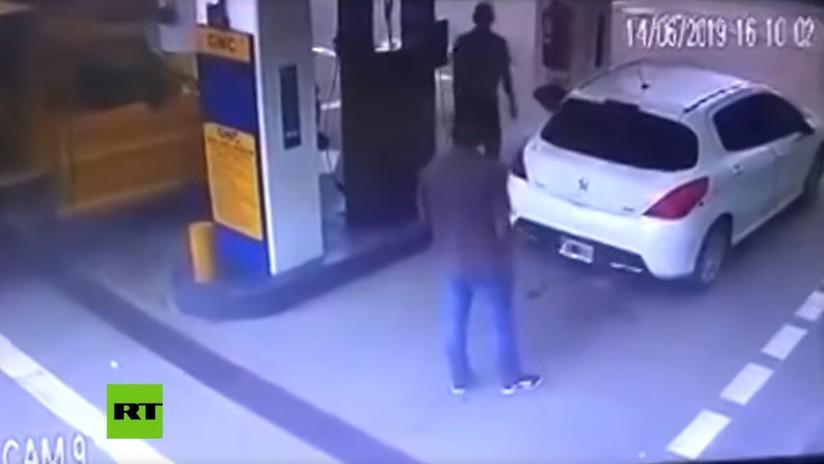VIDEO: Narcos argentinos paran a cargar combustible y su auto explota, dejando una nube de cocaína