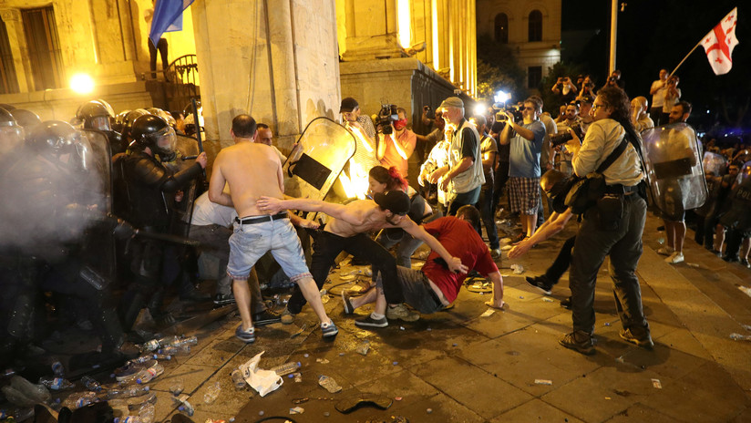 Violentos enfrentamientos entre manifestantes y Policía en las protestas antigubernamentales de Georgia