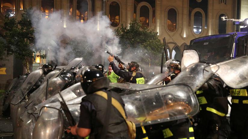VIDEO, FOTOS: Fuertes disturbios y enfrentamientos con la Policía en las protestas antigubernamentales de Tiflis