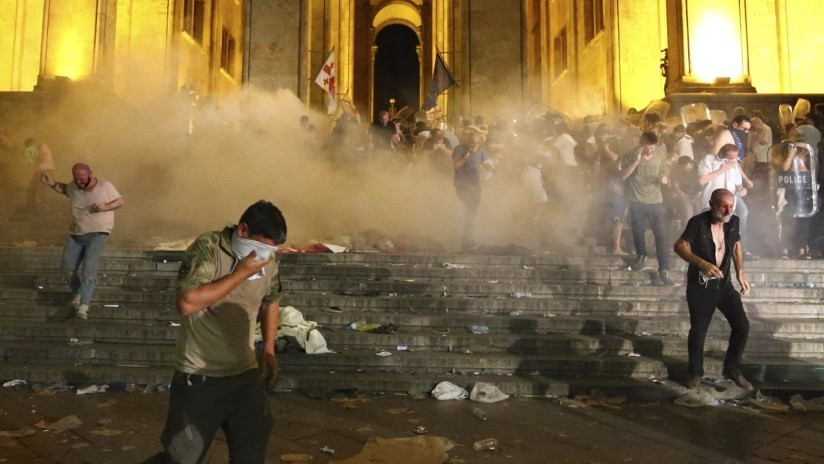 FOTO: Un productor de la agencia Ruptly es herido por una bala de goma durante los disturbios en Tiflis