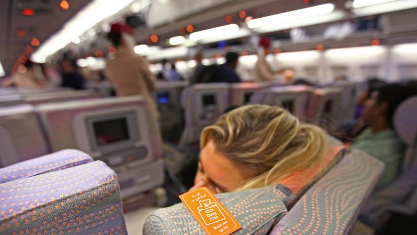 Mujer se duerme durante un vuelo y queda atrapada en la aeronave