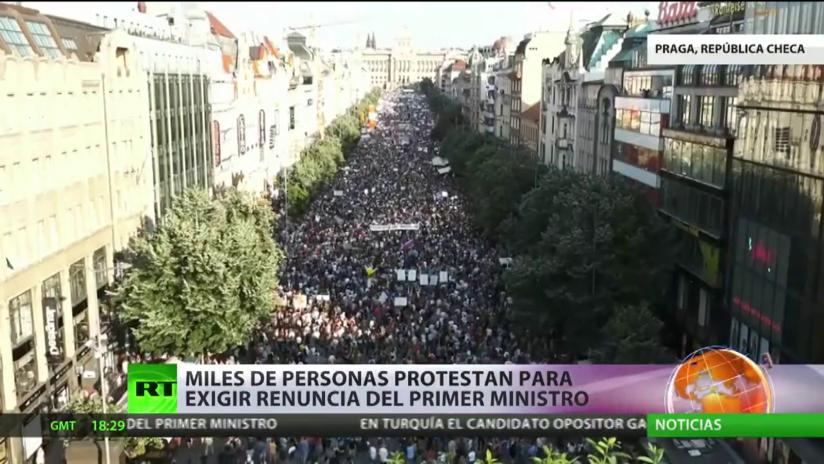 Miles de personas protestan en la República Checa para exigir la dimisión del primer ministro