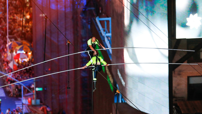 Hermanos equilibristas conquistan Times Square andando en cuerda floja a 25 pisos de altura (VIDEOS)