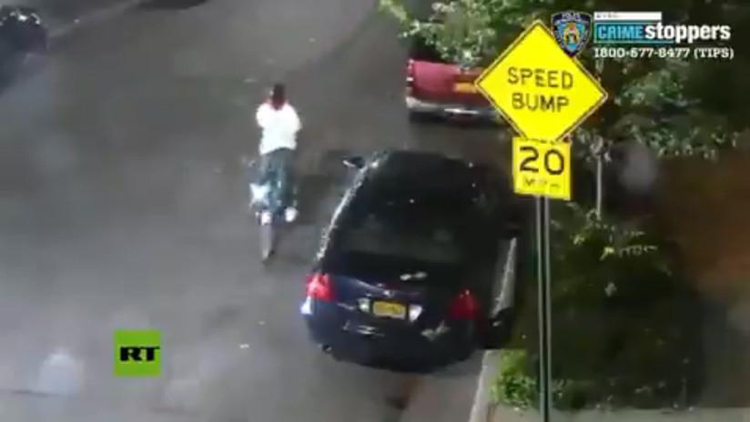 EE.UU.: Un hombre armado hiere a dos personas en Brooklyn y se aleja en una bicicleta pública (VIDEO)