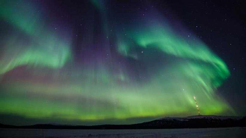 FOTO: Una aurora boreal surge como un 'ave fénix' de unas instalaciones abandonadas en Rusia